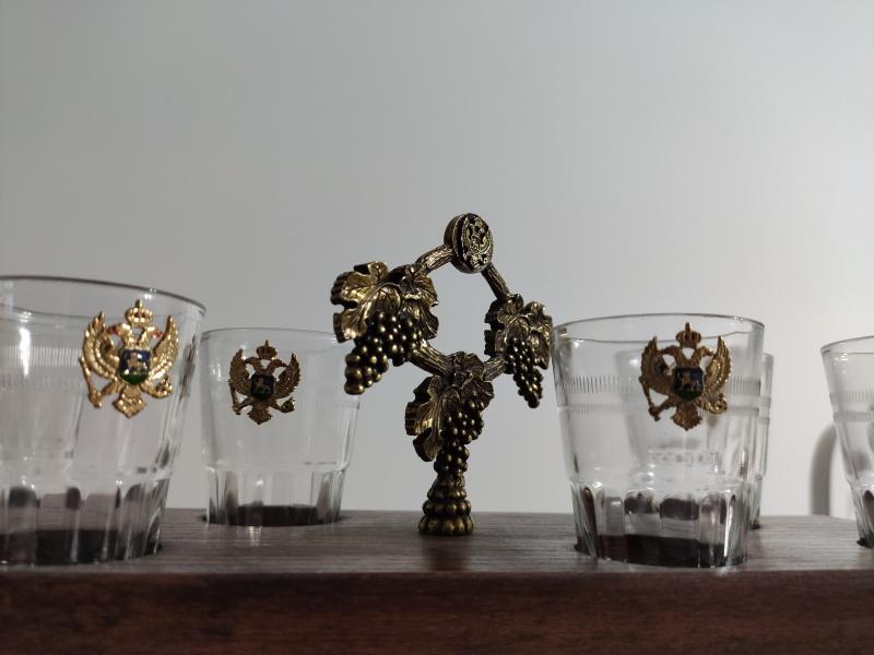6 čašica za rakiju na drvenom postolju