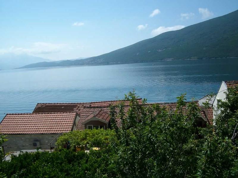 Izdajem apartmane pored mora u Đenovićima